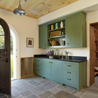 Idéer för mellanstora lantliga kapprum, med beige väggar, en tvådelad stalldörr, skiffergolv och grått golv