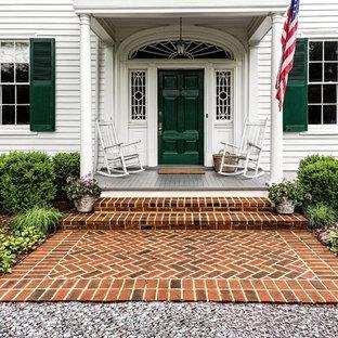 Foto di una piccola porta d'ingresso chic con pareti bianche, pavimento in mattoni, una porta singola, una porta verde e pavimento rosso
