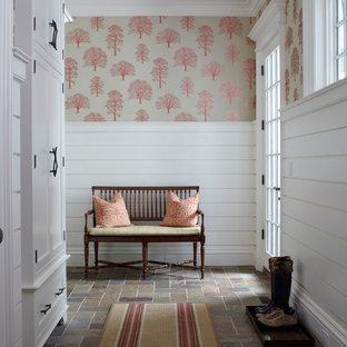 Foto di un grande corridoio vittoriano con pareti bianche, una porta singola, una porta in vetro e pavimento in ardesia