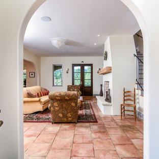 Стильный дизайн: маленькое фойе в средиземноморском стиле с белыми стенами, полом из терракотовой плитки, двустворчатой входной дверью, коричневой входной дверью и разноцветным полом - последний тренд