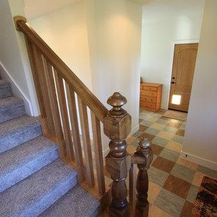 他の地域の中くらいの片開きドアトラディショナルスタイルのおしゃれな玄関ドア (白い壁、リノリウムの床、淡色木目調のドア) の写真