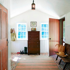 Farmhouse Entry by JAMES DIXON ARCHITECT PC
