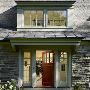 Пример оригинального дизайна интерьера: прихожая в классическом стиле с одностворчатой входной дверью и входной дверью из дерева среднего тона