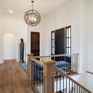 Esempio di un ingresso con pareti rosse, pavimento in legno massello medio, una porta singola, una porta in legno scuro e pavimento marrone
