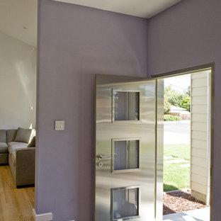 Inspiration för en funkis entré, med lila väggar och metalldörr