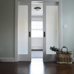 Großer Rustikaler Eingang mit Foyer, blauer Wandfarbe, dunklem Holzboden und braunem Boden in Providence