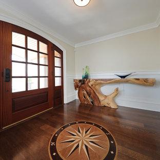 他の地域の中サイズのビーチスタイルのおしゃれな玄関ロビー (ベージュの壁、濃色無垢フローリング、濃色木目調のドア、茶色い床) の写真