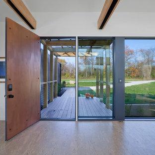 На фото: входная дверь среднего размера в современном стиле с белыми стенами, пробковым полом, одностворчатой входной дверью, металлической входной дверью и бежевым полом с