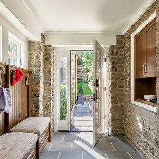 Diseño de vestíbulo posterior rústico, grande, con suelo de baldosas de cerámica, puerta simple, suelo gris, paredes marrones y puerta blanca
