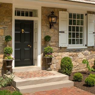 Inspiration pour une porte d'entrée traditionnelle de taille moyenne avec une porte simple et une porte noire.