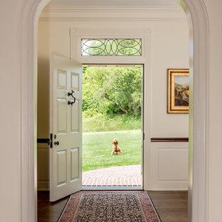 Idéer för att renovera en vintage entré, med vita väggar, en enkeldörr, en vit dörr och mörkt trägolv