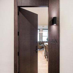 Idee per una piccola porta d'ingresso contemporanea con pareti marroni, parquet chiaro, una porta singola, una porta in legno scuro e pavimento giallo