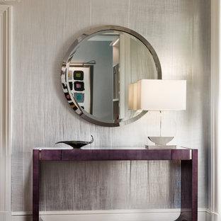Idee per un piccolo corridoio contemporaneo con pareti con effetto metallico, parquet scuro, una porta singola, una porta bianca e pavimento marrone