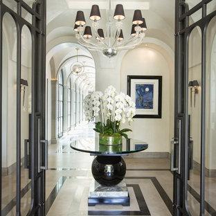 Ispirazione per un ingresso mediterraneo di medie dimensioni con pareti bianche e pavimento multicolore