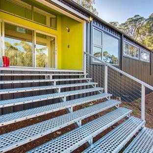 Foto de puerta principal urbana, de tamaño medio, con paredes verdes, suelo de baldosas de porcelana, puerta corredera y puerta blanca