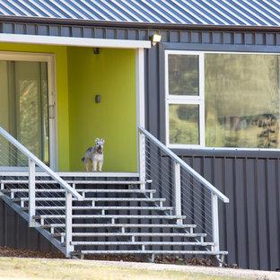 Новые идеи обустройства дома: входная дверь среднего размера в стиле лофт с зелеными стенами, полом из керамогранита, раздвижной входной дверью и белой входной дверью