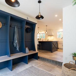 Идея дизайна: большой тамбур в современном стиле с белыми стенами, полом из керамогранита, раздвижной входной дверью и бежевым полом