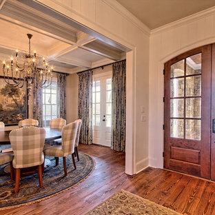 Imagen de puerta principal rural, grande, con paredes beige, suelo de madera en tonos medios, puerta doble y puerta de madera oscura