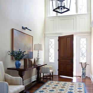 Imagen de distribuidor tradicional, de tamaño medio, con paredes blancas, suelo de madera oscura, puerta simple y puerta de madera oscura