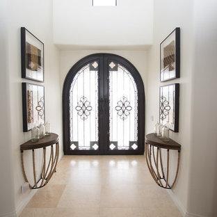 Пример оригинального дизайна: огромная узкая прихожая в стиле фьюжн с белыми стенами, полом из травертина, двустворчатой входной дверью и металлической входной дверью