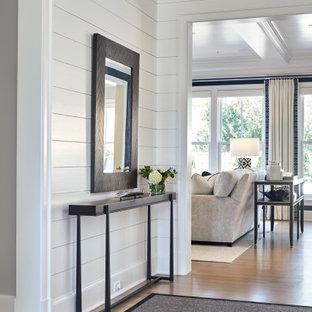 Пример оригинального дизайна: узкая прихожая среднего размера в стиле кантри с белыми стенами, светлым паркетным полом, одностворчатой входной дверью, черной входной дверью, бежевым полом и стенами из вагонки