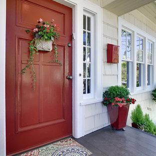 シアトルの片開きドアトラディショナルスタイルのおしゃれな玄関ドア (赤いドア) の写真