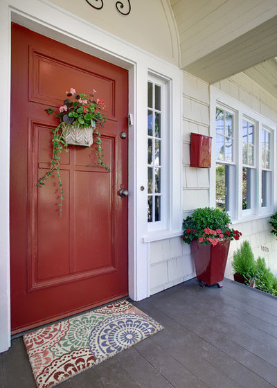 Traditional Entry by Seattle Staged to Sell and Design LLC