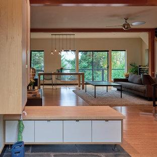 Foto på en mellanstor funkis entré, med bambugolv och beige väggar