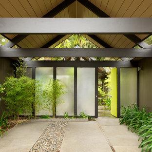 Esempio di un ingresso o corridoio moderno con una porta verde