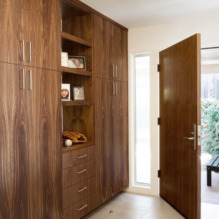 Idéer för mellanstora 60 tals foajéer, med vita väggar, klinkergolv i porslin, en enkeldörr och mörk trädörr