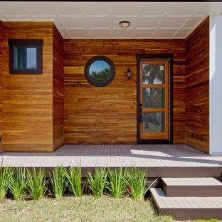 Выдающиеся фото от архитекторов и дизайнеров интерьера: прихожая в морском стиле с деревянным полом, одностворчатой входной дверью и стеклянной входной дверью