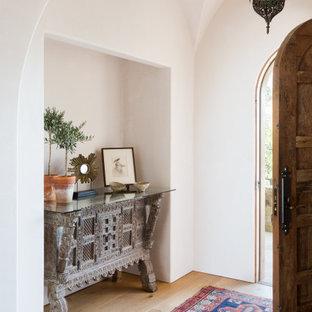 Idéer för att renovera en mellanstor medelhavsstil foajé, med beige väggar, ljust trägolv, en enkeldörr, mellanmörk trädörr och beiget golv