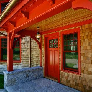 Amerikansk inredning av en entré, med en enkeldörr och en röd dörr