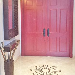 マイアミの中くらいの両開きドアエクレクティックスタイルのおしゃれな玄関ドア (ベージュの壁、大理石の床、赤いドア) の写真