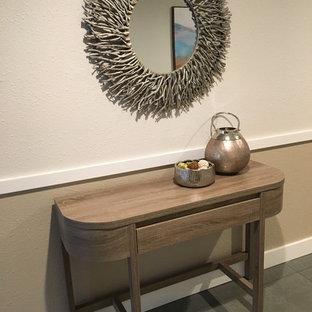 Inspiration för små maritima entréer, med beige väggar, klinkergolv i keramik och grönt golv