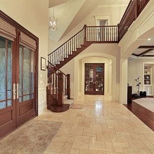 シカゴの大きい両開きドアトラディショナルスタイルのおしゃれな玄関ロビー (ピンクの壁、セラミックタイルの床、木目調のドア) の写真