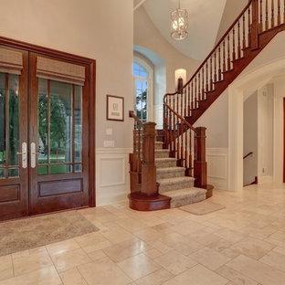 Неиссякаемый источник вдохновения для домашнего уюта: большое фойе в классическом стиле с розовыми стенами, полом из керамической плитки, двустворчатой входной дверью и входной дверью из дерева среднего тона