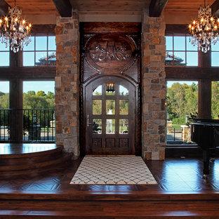 Idéer för en stor rustik foajé, med beige väggar, mörkt trägolv och en enkeldörr