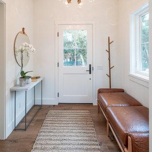 Стильный дизайн: узкая прихожая среднего размера в стиле неоклассика (современная классика) с белыми стенами, паркетным полом среднего тона, коричневым полом, потолком из вагонки, одностворчатой входной дверью и белой входной дверью - последний тренд