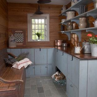Exemple d'une entrée chic avec un vestiaire et un sol gris.