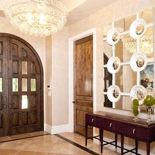 Неиссякаемый источник вдохновения для домашнего уюта: фойе среднего размера в современном стиле с входной дверью из темного дерева, двустворчатой входной дверью, мраморным полом и коричневым полом