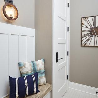 Idéer för att renovera ett mellanstort vintage kapprum, med grå väggar, klinkergolv i porslin, en enkeldörr och glasdörr