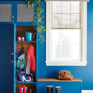 シカゴのエクレクティックスタイルのおしゃれなマッドルーム (青い壁、無垢フローリング、茶色い床) の写真