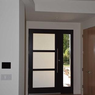 Mittelgroße Moderne Haustür mit weißer Wandfarbe, hellem Holzboden, Einzeltür und schwarzer Tür in Los Angeles