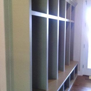 オースティンの中くらいの両開きドアトランジショナルスタイルのおしゃれなマッドルーム (ベージュの壁、カーペット敷き、濃色木目調のドア) の写真