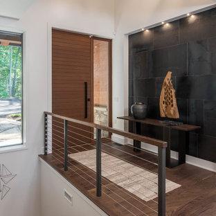 Стильный дизайн: входная дверь среднего размера в стиле рустика с белыми стенами, темным паркетным полом, одностворчатой входной дверью, входной дверью из темного дерева и коричневым полом - последний тренд