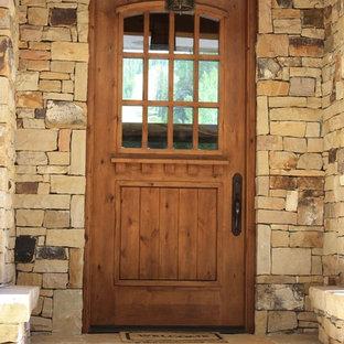 Ejemplo de puerta principal rústica, grande, con paredes multicolor, puerta simple y puerta de madera en tonos medios
