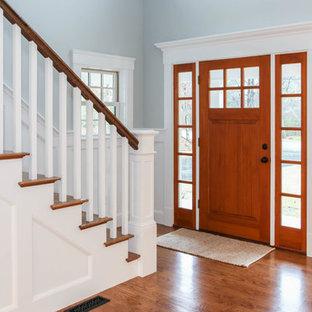 Создайте стильный интерьер: огромное фойе в стиле кантри с серыми стенами, паркетным полом среднего тона, одностворчатой входной дверью и входной дверью из дерева среднего тона - последний тренд