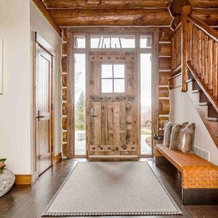 Diseño de distribuidor rural con paredes blancas, suelo de madera oscura, puerta simple y puerta de madera clara