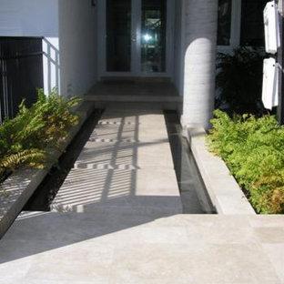 Modern inredning av en mellanstor ingång och ytterdörr, med granitgolv, en dubbeldörr och glasdörr
